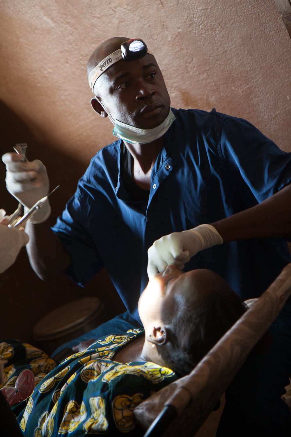 The Mali Rising Foundation, working in partnership with an established Ouelessebougou dentist, helps facilitate the logistics of the dental volunteers' emergency clinic days.