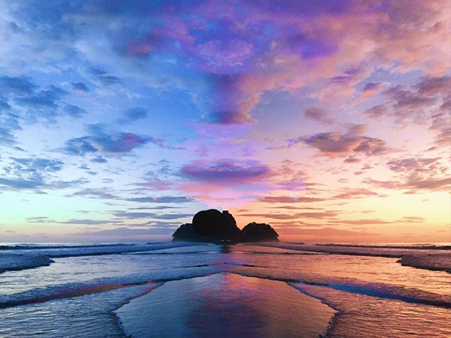 Costa Rican dreamin' 🏄🏻🌊 #sunset#color#surreal#cloudporn#island#ocean#symmetry#parallels#travel