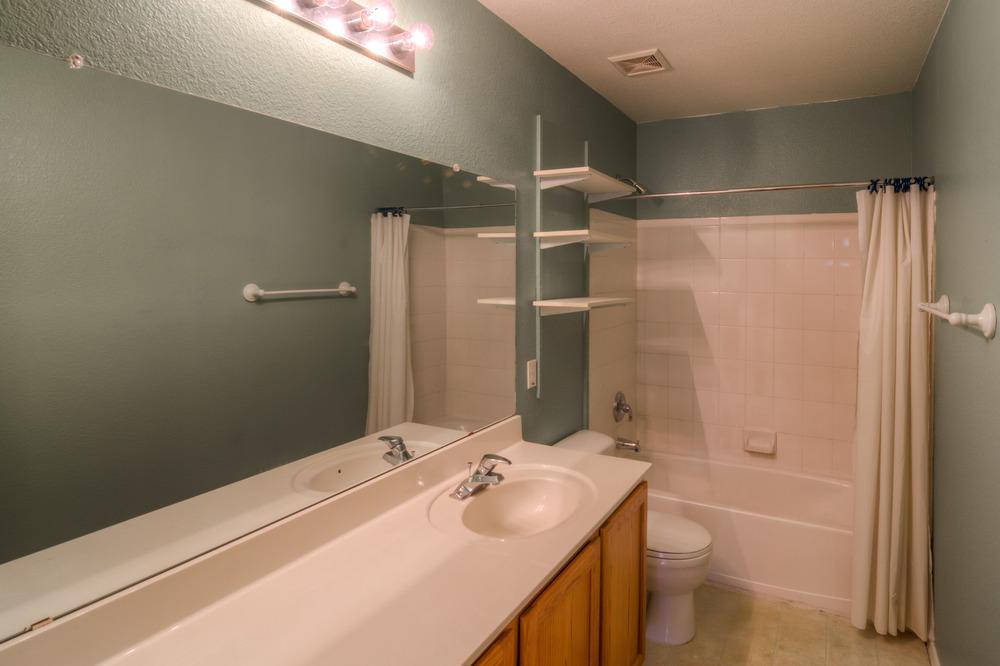 30 Upstairs Bathroom.jpg