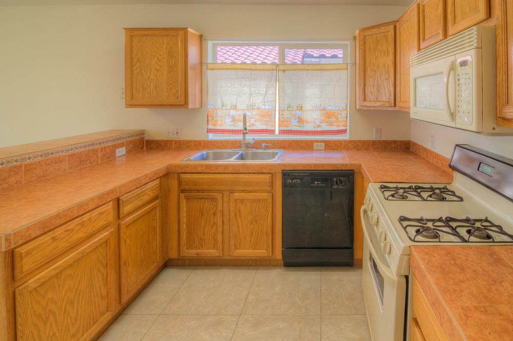 21 Kitchen a.jpg