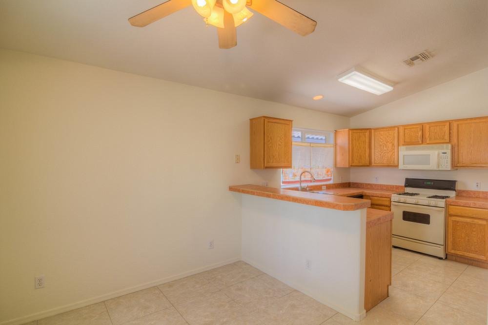 25 Kitchen e.jpg