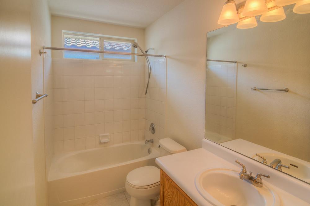 34 Bathroom b.jpg