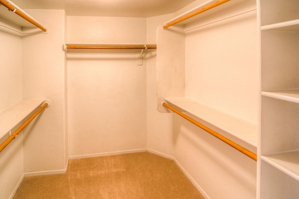 39 Master Closet.jpg