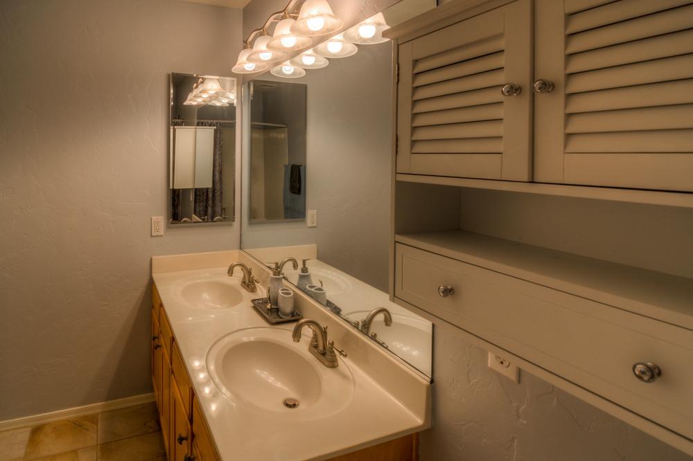22 Bathroom photo b.jpg