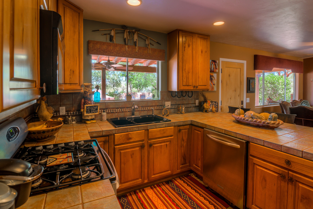 29 Kitchen photo d.jpg