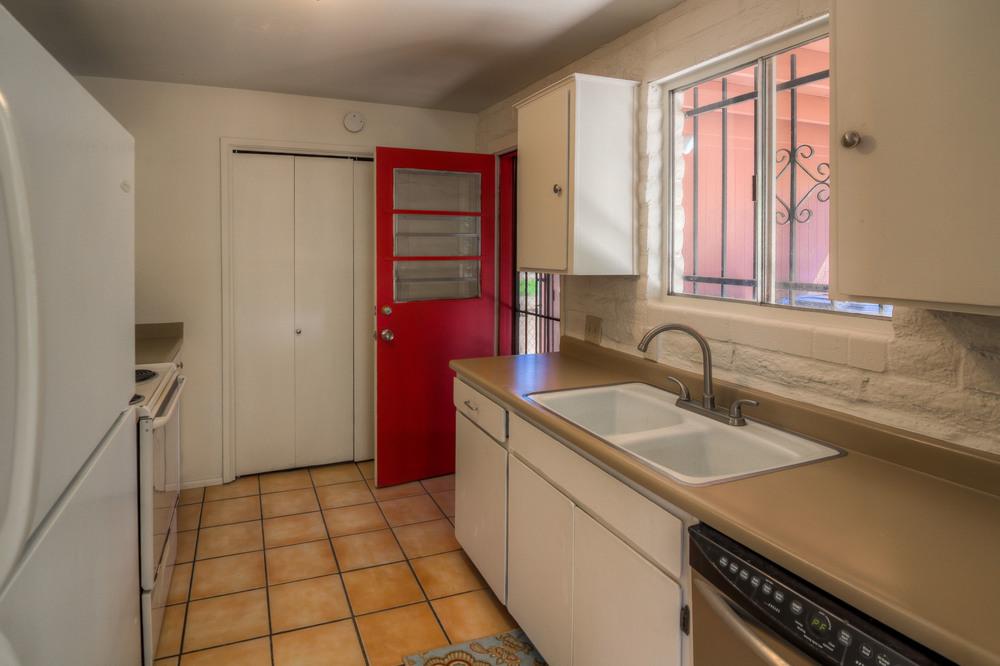 19 Kitchen photo f.jpg