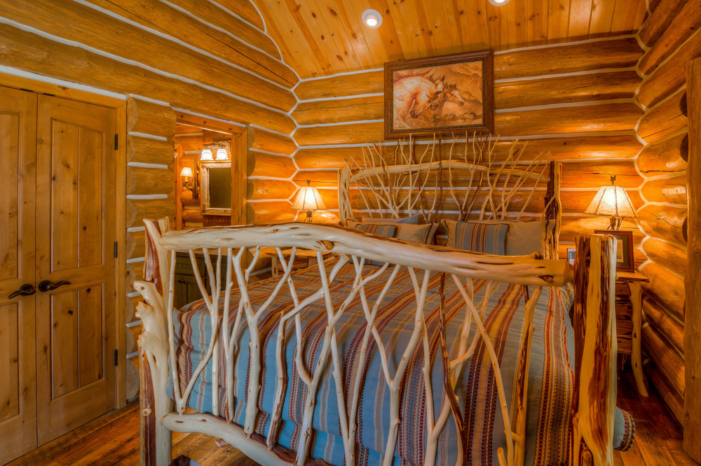 32 Bedroom 1 photo b.jpg