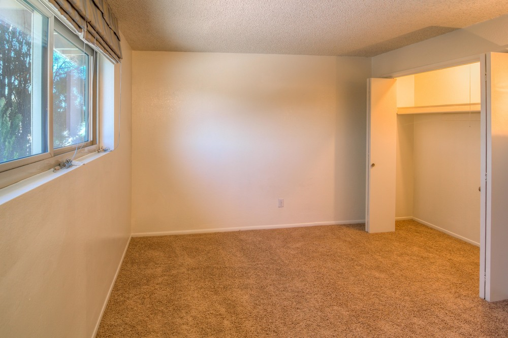 34 Master Bedroom photo d.jpg