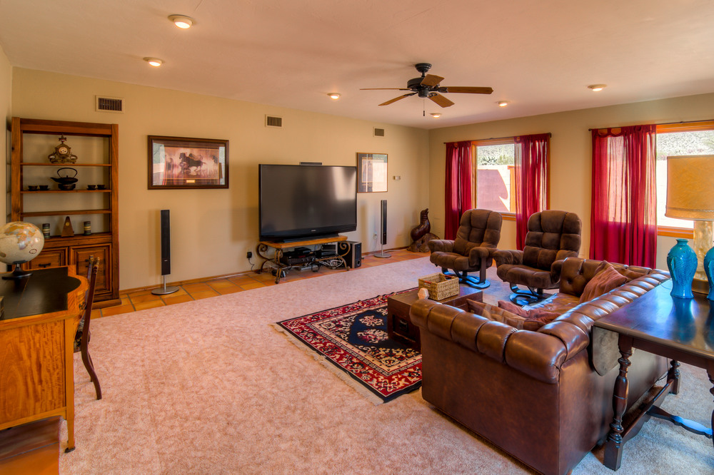 24 Family Room photo a.jpg