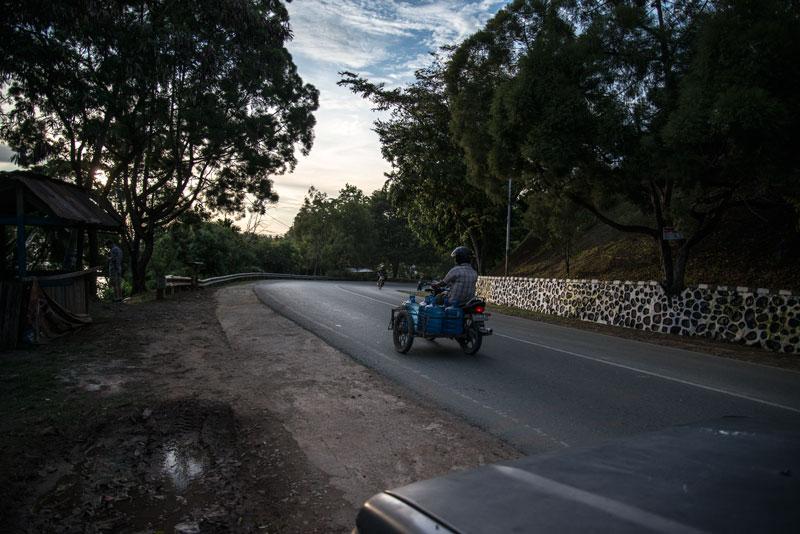 drive-to-abe-lake-Sentani-Yougwa-lake-resturant-Papua-Indonesia-naomi-vandoren