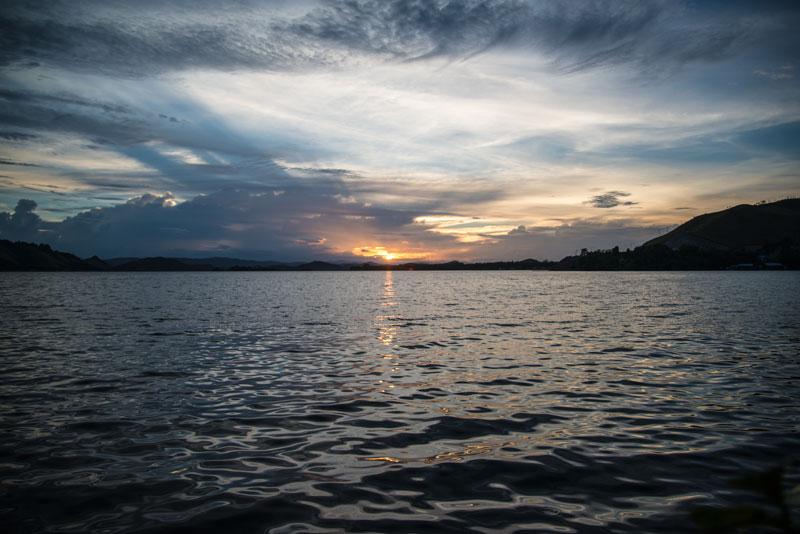 sunset-lake-Sentani-Yougwa-lake-resturant-Papua-Indonesia-naomi-vandoren