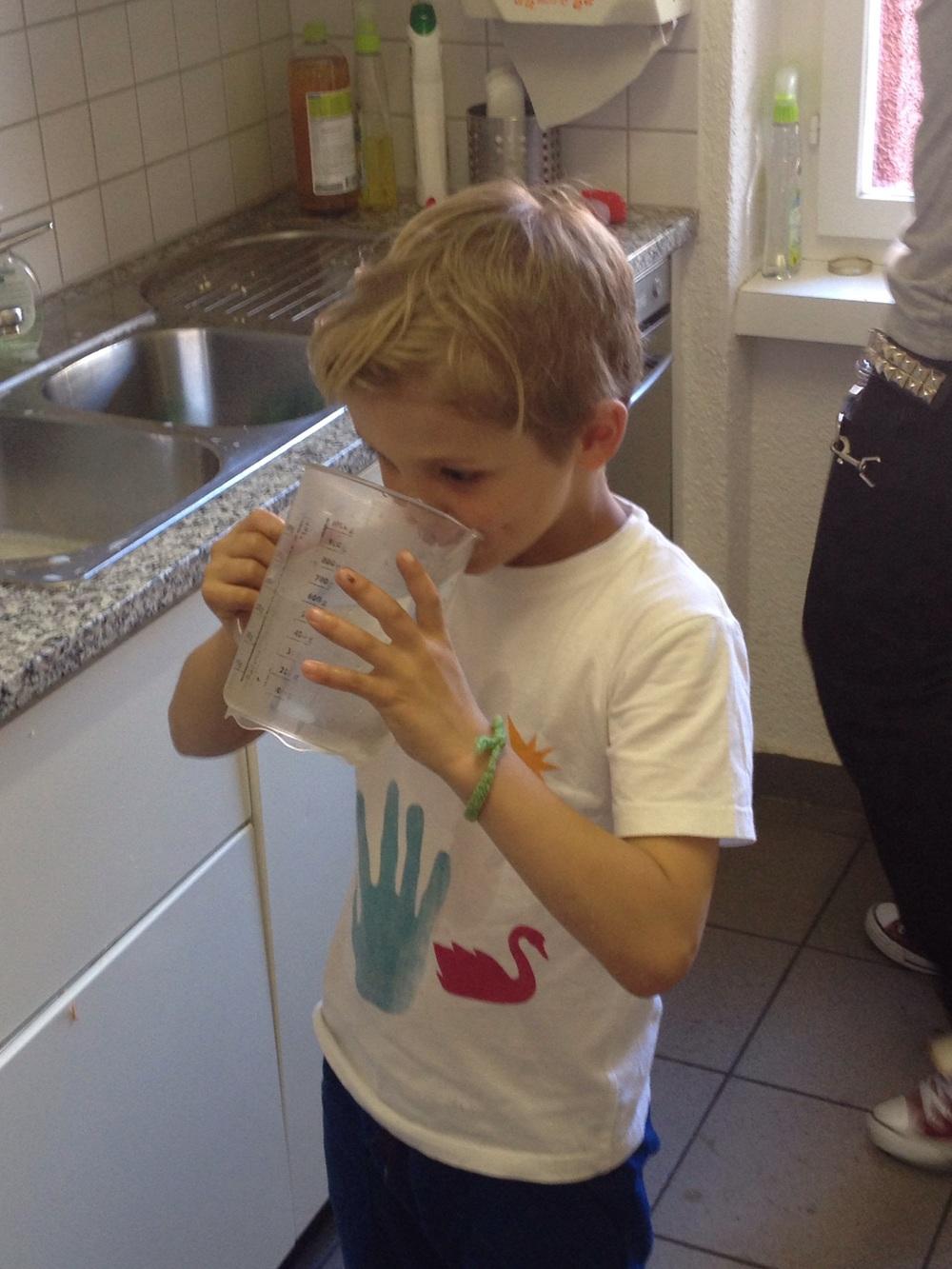 Rocco löscht seinen Durst. Ein Glas voll Wasser war ihm nicht genug.
