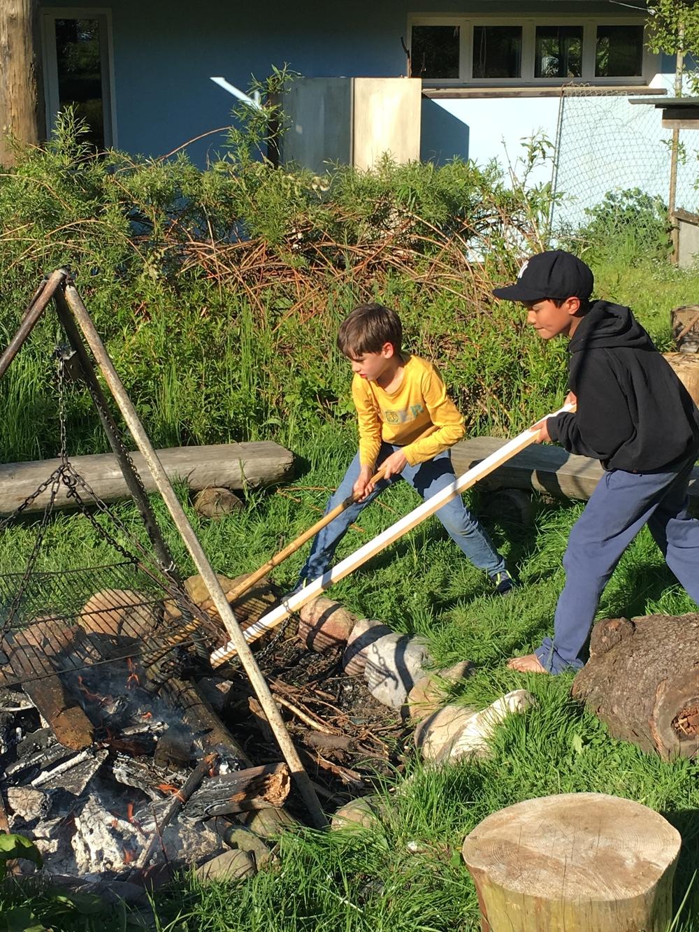 Felix und Camilo schüren das Feuer für die Grillade