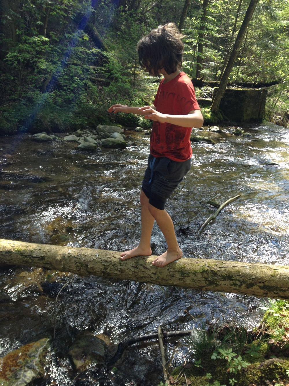 Balanceakt über dem tosendem Wasser