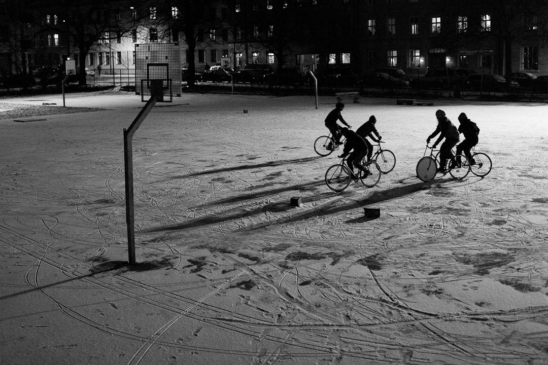 This was so much fun! Yesterday I met up with some fixed-gear mates to play bike polo in the snow!