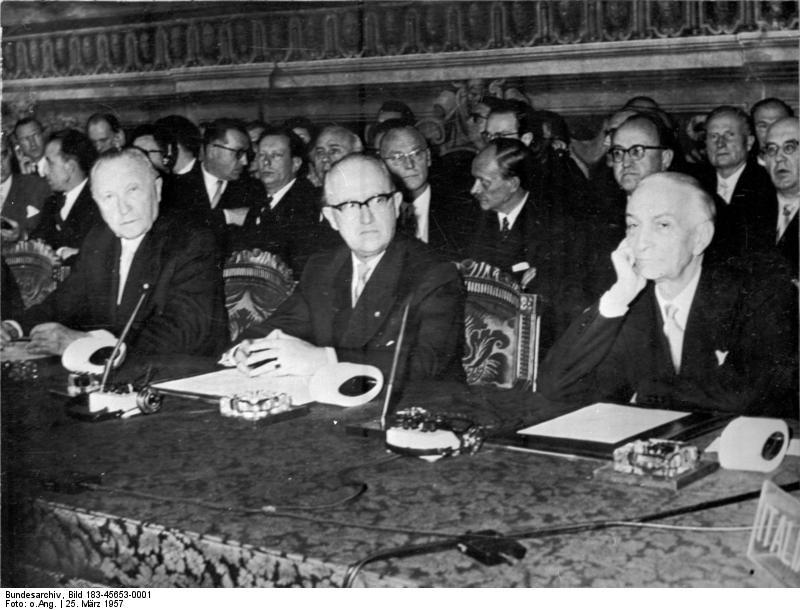 Konrad Adenauer, Walter Hallstein i Antonio Segni, podpisują Europejską unię celną i Euratom w 1957 roku w Rzymie