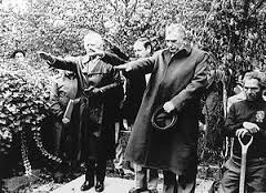 """Grupa nazistów na pogrzebie generała SS Waltera Rauffa - żegnają swego kolegę pozdrowieniem  """"Heil Hitler""""   (źródło:  anp-archief.nl )"""