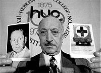Szymon Wiesenthal prezentuje zdjęcie poszukiwanego nazistowskiego zbrodniarza Waltera Rauffa (maj 1973 rok)