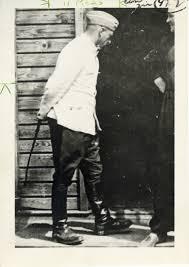 Franz Strangl, komendant obozów śmierci w Treblince i Sobiborze z batem w ręku (źródło:   www.facinghistory.org )