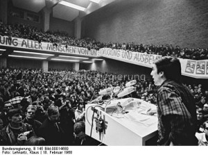 Rudi Dutschke przemawia na wiecu przeciwko wojnie w Wietnamie, 18 lutego 1968 (źródło:  http://historia.org.pl/2013/08/10/rok-1968-w-republice-federalnej-niemiec-i-jego-skutki/
