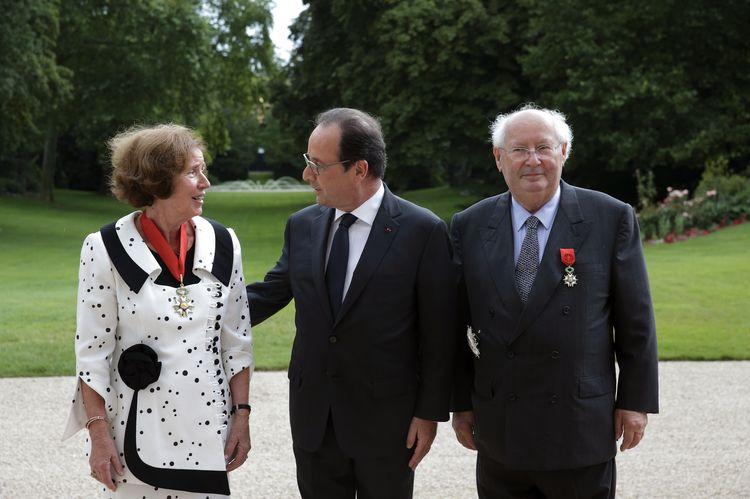 Beate i Serge Klarsfeld z prezydentem François Hollandem po uroczystości przekazania małżeństwu insygniów Legii Honorowej w Pałacu Elizejskim w Paryżu, 20 lipca 2014 (źródło:  www.liberation.fr ; zdjęcie: Philippe Wojażer. AFP)