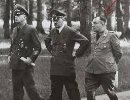 Martin Bormann (pierwszy z prawej) z Hitlerem i ministrem spraw zagranicznych Joachimem von Ribbentrop (źródło:  www.dailymail.co.uk )