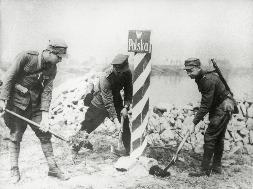 Pierwszy polski słup graniczny nad Odrą wkopany 27 lutego 1945 r. w Czelinie przez żołnierzy 6. Samodzielnego Batalionu Pontonowo-Mostowego WP (źródło: www.thefad.pl)