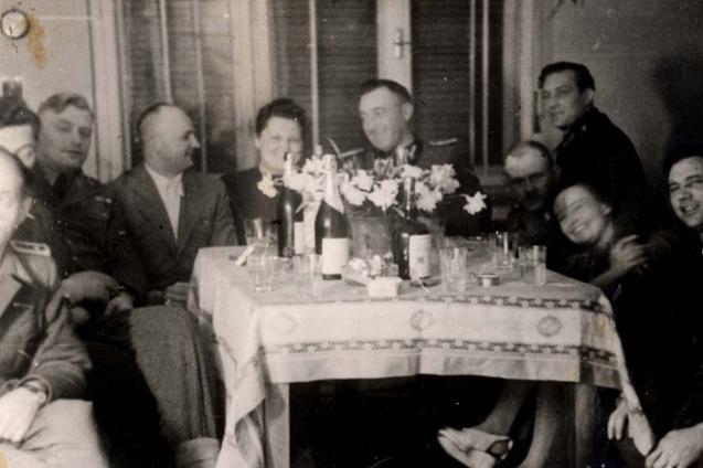 Gustav Wagner (po prawej stronie, w centrum Franz Stangl), podczas kolacji w Sobiborze (źródło:  http://www.forosegundaguerra.com/viewtopic.php?t=16297 )