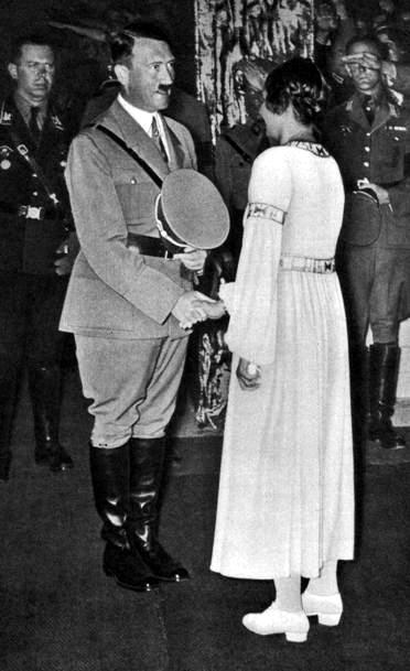 Adolf Hitler i Gertrud Scholtz-Klink (źródło:  http://der-fuehrer.org/Galerien/Adolf_Hitler_macht_Geschichte/bigimages/Adolf%20Hitler&Gertrud%20Scholtz-Klink.jpg )