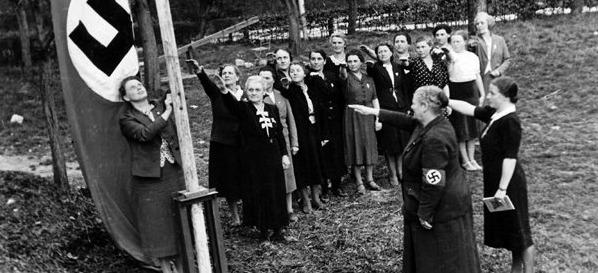 NS-Frauenschaft     (źródło    :       http://www.rothenburg-unterm-hakenkreuz.de/rothenburger-ns-kreisfrauenschaft-mit-verklaerung-und-mythologisierung-des-muttertums-wurden-frauen-ideologisch-geschult/ )