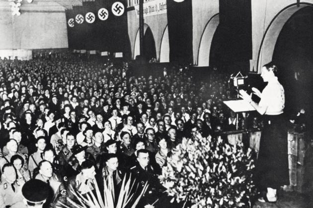 Gertrud Scholtz-Klink przemawia (źródło   :  http://historianet.nl/vraag-het-historici/konden-vrouwen-carriere-maken-in-nazi-duitsland  )