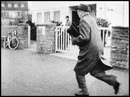 Kurt Lischka próbuje uciec przed kamerą, autor zdjęć Harry Z. Dreifuss, źródło:   http://www.nrhz.de/flyer/beitrag.php?id=1768