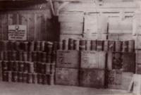 Puszki z Cyklonem B znalezione w magazynach KL Majdanek po wyzwoleniu, 1944 rok   (źródło:  www.majdanek.eu )