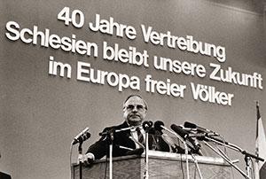 Zgromadzenie Ślązaków w Hanowerze: kanclerz Helmut Kohl podczas swojego wystąpienia w czerwcu 1985 roku (źródło:   http://www.blz.bayern.de/blz/eup/01_10/2.asp   )