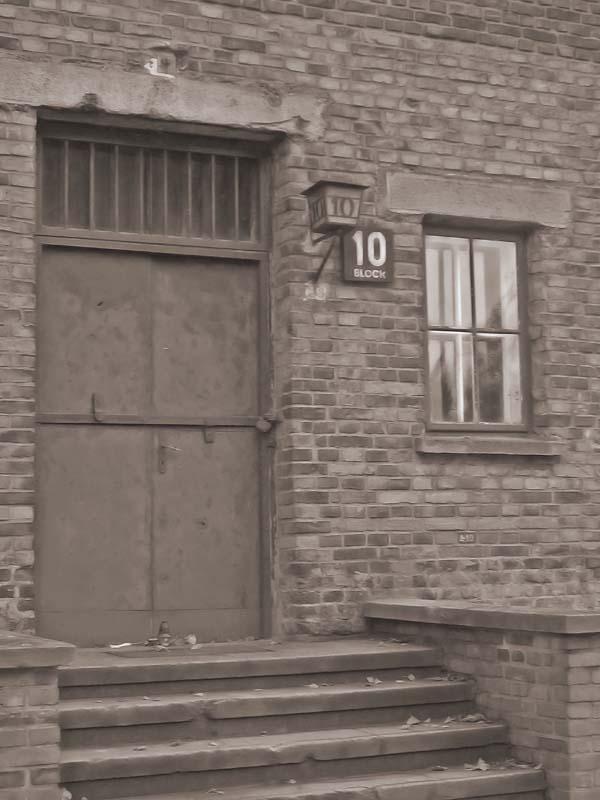 Blok nr 10 w obozie Auschwitz, gdzie wykonywano eksperymenty pseudomedyczne (źródło:  www.trekearth.com )
