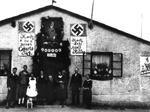 Obchody 50. urodzin Hitlera w jego rodzinnym mieście Linz, 20 kwietnia 1938 roku przed sklepem jubilerskim, 20 km obok znajdował się zespół niemieckich obozów koncentracyjnych  Mauthausen-Gusen (źródło:   http://www.linz.at/geschichte/de/38099.asp )