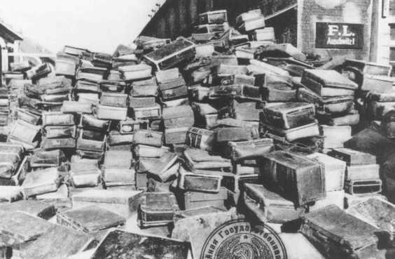 Walizki ofiar (źródło:  National Archives oraz Records Administration, College Park, Maryland.  http://www.ushmm.org/wlc/en/media_list.php?MediaType=ph&page=3 )