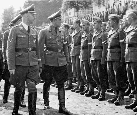 Artur Axmann i Heinrich Himmler podczas kontroli Hitlerjugend, które zostały włączone do Waffen-SS, 1943 rok (źródło:   http://www.damals.de/de/13/Titelthema.html?aid=189651&action=showDetails&cmtUri=/de/13/Hitlers-freiwillige-Kaempfer.html )