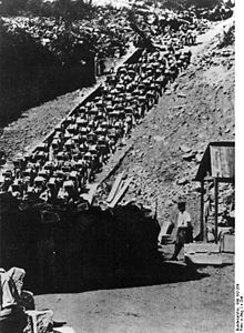 Robotnicy zmuszani do wyniszczającej pracy w obozie KL Mauthausen (źródło:  http://pl.wikipedia.org/wiki/Wyniszczenie_przez_prac%C4%99 )