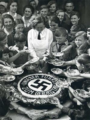 Tort z okazji urodzin Hitlera (1934 rok) (źródło:  http://alifrafikkhan.blogspot.com/2011/09/album-foto-perayaan-ulang-tahun-adolf.html )