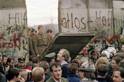 Mieszkańcy Berlina Zachodniego zebrani w pobliżu Potsdamer Platz obserwują żołnierzy straży granicznej z Berlina Wschodniego, wybijających przejście w murze berlińskim, 11 listopada 1989 roku,AFP (źródło: http://www.990px.pl/index.php/tag/niemcy/ )