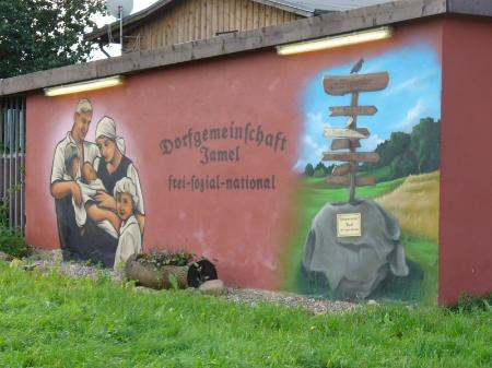 Graffiti na ścianie garażu w Jamel z nazistowskimi symbolami, autorzy zadbali też o oświetleniegarażu wdzień i noc (źródło:   http://www.news.de/fotostrecke/850695912/national-befreite-zone/5/  )