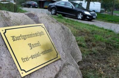 """""""Powitanie"""" przy wjeździe do miejscowościJamel (źródło:  http://www.spiegel.de/fotostrecke/photo-gallery-the-german-village-ruled-by-neo-nazis-fotostrecke-63175.html  )"""