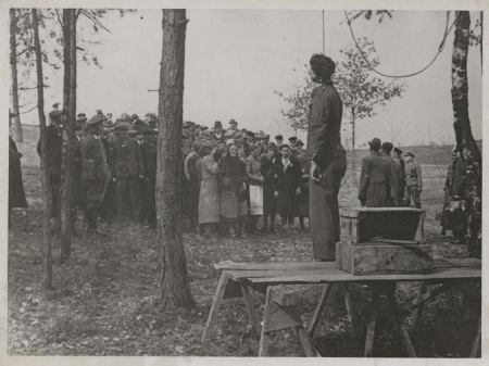 Hanging of Polish forced laborer Julian Majka. The Poles who worked in the area were brought to the place of execution of Julian Majka. At this opportunity the Gestapo officer admonished them to not break the German law. Michelsneukirchen (Bavaria), 18 April 1941. (Source: Collections Vernon Schmidt, veteran of the 90th Infantry Division of the US Army, Fresno).