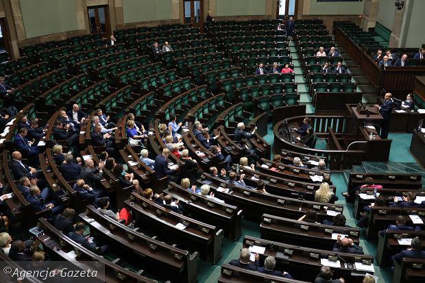 Fot.: Pustki w ławach PiS podczas debaty nad projektem zmian w ustawie o sądach.