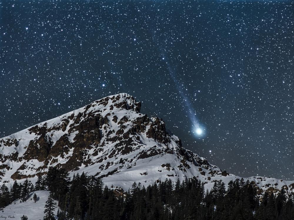 fuckyeah-stars :    just—space :     Comet Lovejoy setting beside Mt Brokeoff in Lassen Volcanic National Park.