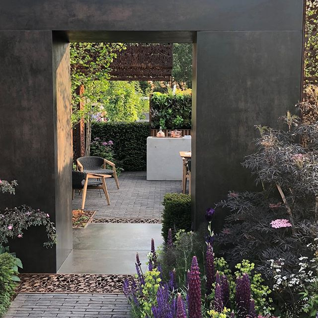 Incredible garden by @gardenclublondon at Chelsea Flower Show. Gold and best in their category! #chelseaflowershow #gardenspace #interiordesign