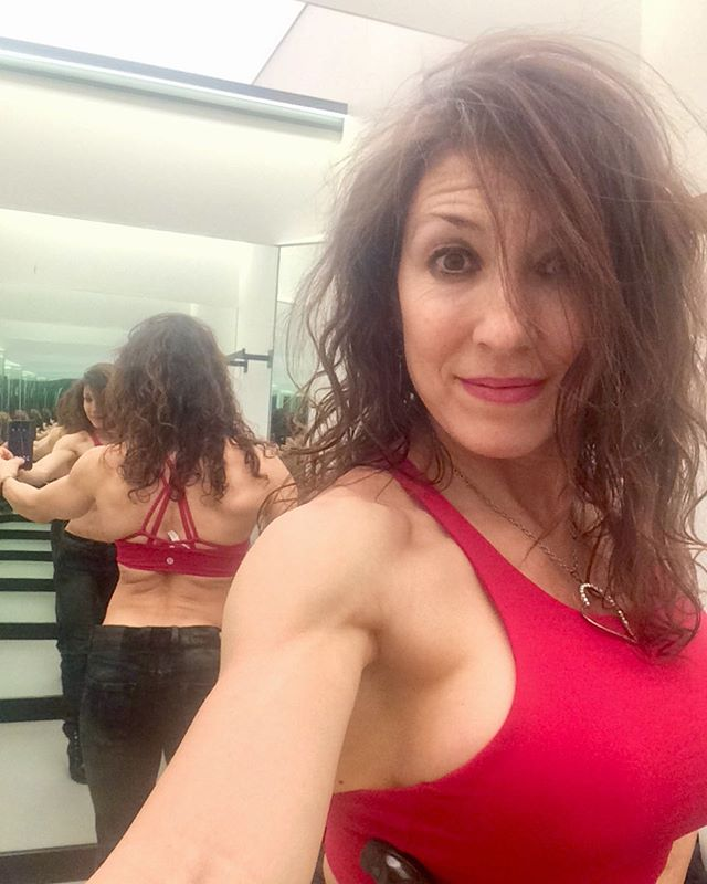 When I was competing, the lululemon dressing rooms were a gem for posing practice 💪 unless of course you start looking at flaws and weaknesses in your physique, then they're like an evil mirror funhouse 😱 today I'm just looking for the right red😍 #fitmom⠀ #fitmoms⠀ #fitness ⠀ #fitnessmotivation ⠀ #iamsusanarruda⠀ #seriouslysexyabs⠀ #abs⠀ #abtraining⠀ #lowerabs⠀ #strongwomen⠀ #inspiration ⠀ #healthy ⠀ #instafitness ⠀ #diet ⠀ #strong ⠀ #figure ⠀ #hardbody ⠀ #determination ⠀ #lifestyle ⠀ #coretraining⠀ #fitwomen⠀ #fit_moms_of_ig⠀ #crunch⠀ #plank⠀ #fatloss⠀ #goals⠀ #weightloss⠀ #weightlossjourney #lululemon