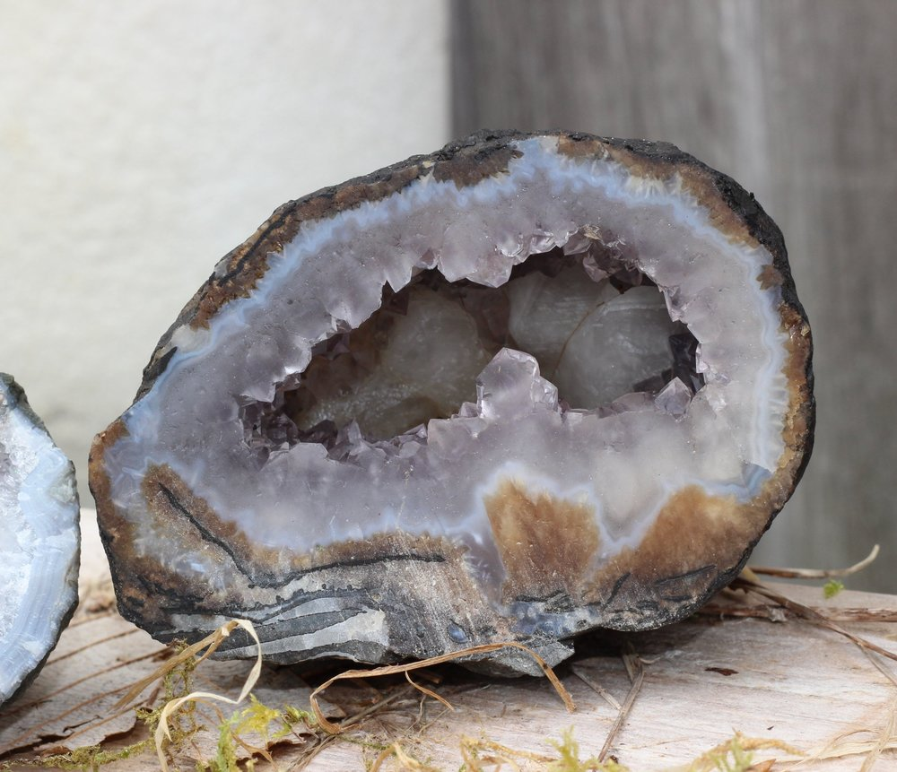 This geode from Haida Gwaii has an empty core and its inner layer is covered with small amethyst crystals.