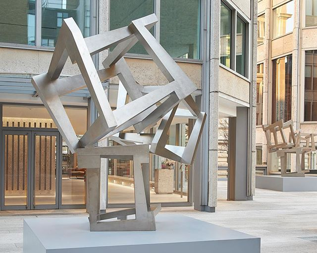 Jedd Novatt's monumental Chaos' sculptures revealed at Smithson Plaza, St James's as part of the ongoing public arts program organised by @tishmanspeyer and curated by @encountercontem in partnership with @waddingtoncustot ! Novatt creates sculptures of complex compositions that convey a sense of weightlessness and ethereal balance, which contrasts to the heavy weight on the industrial materials he uses. Works from this series have been permanent installed in prominent locations including Perez Art Museum (Miami) and Chatsworth House (Derbyshire). We are absolutely delighted to have curated this exciting exhibition in a iconic architectural venue! Photos by the talented @barneyhindlephotography #jeddnovatt #encountercontemporary #smithsonplaza #waddingtoncustot #tishmanspeyer #contemporarysculpture #chaos #artprogram #brutalism #curating